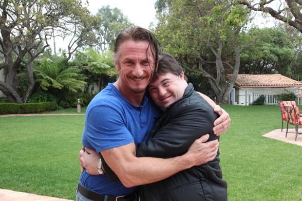 """O astro americano Sean Penn abraça o protagonista de 'Colegas"""", Ariel Goldenberg, durante encontro em Los Angeles (Foto: Divulgação/Ariel Goldenberg)"""