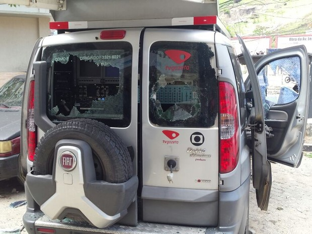 Janelas do veículo foram quebradas  (Foto: Leonardo Tamandaré/ TV Gazeta)