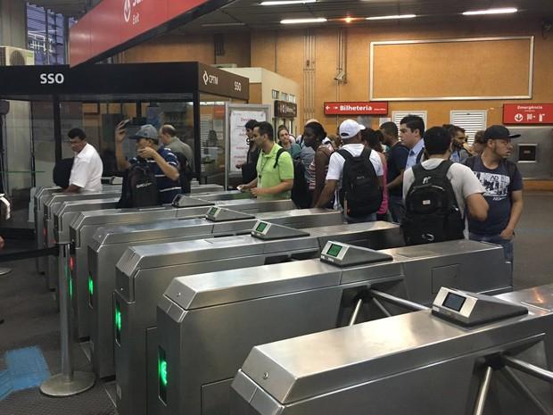 A funcionária da CPTM devolve bilhetes para usuários que embarcaram sentido Osasco (Foto: Caue Fabiano/G1)