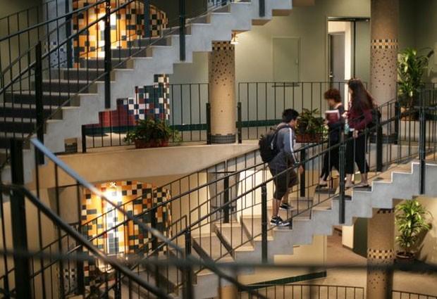 Espaço comum de estudantes do campus da UCLA (Foto: Divulgação/UCLA)