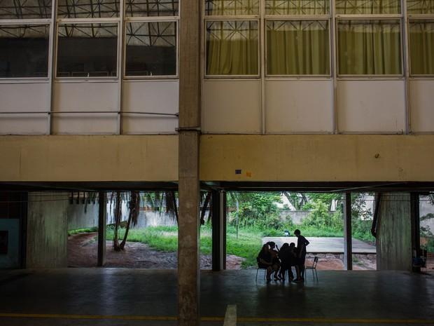 Alunos conversam durante ocupação da Escola Estadual Caetano de Campos (Foto: Victor Moriyama/G1)