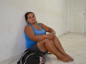Maria Nogueira, de 37 anos, sentou no chão da agência e chorou após ser informada que não seria atendida (Foto: Caio Fulgêncio/G1)