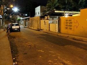 Casa onde pitbulls foram atingidos por golpes de facão fica perto de uma escola (Foto: Jamile Alves/G1 AM)