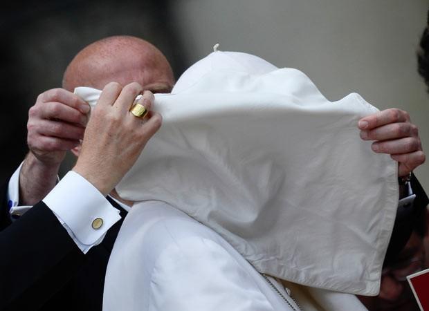 Vento levanta vestes do Papa Francisco durante sua audiência desta quarta-feira (29) no Vaticano (Foto: AFP)