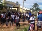 Alunos protestam contra saída de ambulantes da frente de escola no AC