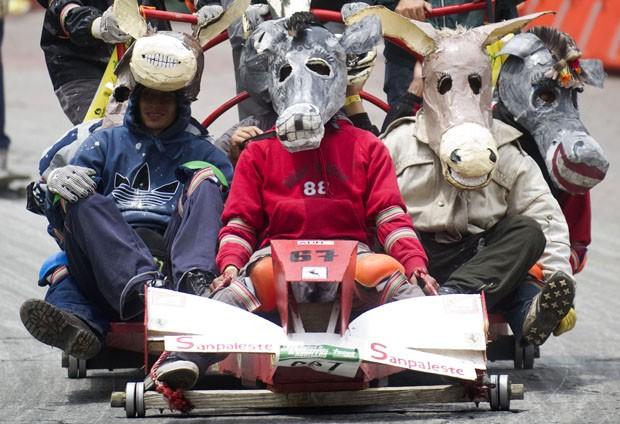 Em competição, participantes descem ladeira em carros de rolemã feitos em casa (Foto: Raul Arboleda/AFP)