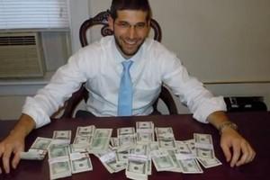 O rabino Noah Muroff encontrou o dinheiro em uma mesa que comprou pela internet (Foto: Reprodução Youtube/WTNH)