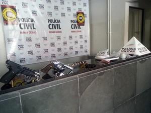apreensão de arma e droga no Bairro Planalto em Divinópolis MG (Foto: Marina Alves/G1)