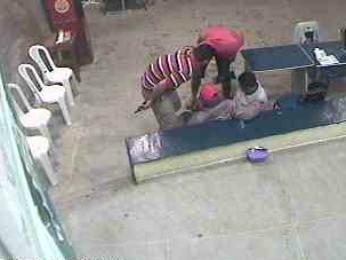 Câmeras de segurança mostram assaltantes rendendo vigilantes do banco  (Foto: Banco Palmas)