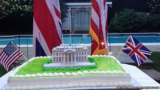 No bolo da Embaixada britânica, Casa Branca aparece cercada por velas de faíscas (Foto: British Embassy in Washington)