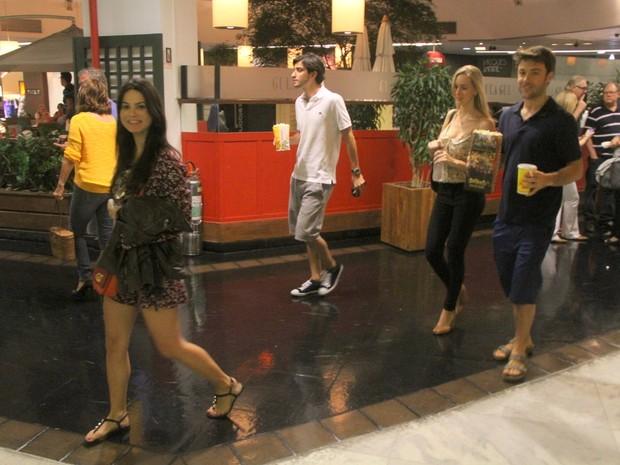 Stefhany Brito com o namorado, Igor Raschkovsky, e Kayky Brito com a namorada em shopping na Zona Sul do Rio (Foto: Daniel Delmiro/ Ag. News)