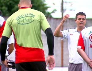 Técnico Evaristo Piza, conversa com jogadores do Velo Clube (Foto: Ronaldo Oliveira/ EPTV)