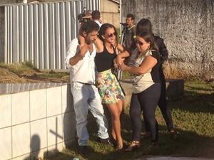 Filha de dançarina precisou ser amparada por parentes durante enterro (Foto: Vitor Santana/G1)