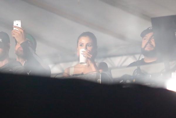Selena Gomez assiste ao show de The Weeknd no Lollapalooza