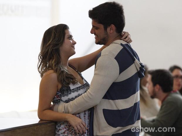 André surpreende a namorada com convite (Foto: Raphael Dias/TV Globo)