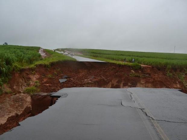 Erosão levou parte de estrada após forte chuva em Borá (Foto: Divulgação/Manoel Moreno/I7 Notícias)