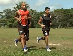 Zagueiro Paulo Sérgio ao lado do lateral-direito Marxson, treinando no Moto Club (Foto: Reprodução/TV Mirante)