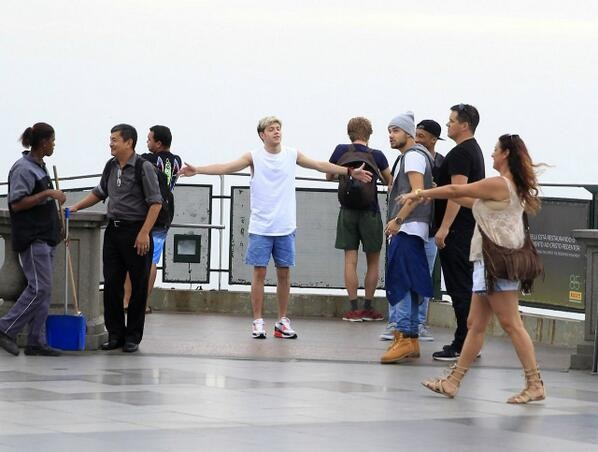 One Direction no Brasil: meninos se divertem no Cristo Redentor (Foto: Reproduo Internet)
