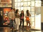 William Bonner e Fátima Bernardes passeiam em shopping com filhos