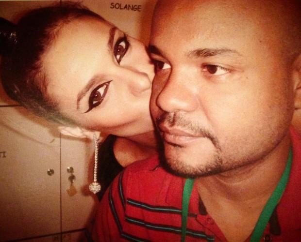 Alê de Souza ganha beijo da amiga de longa data (Foto: Arquivo pessoal)