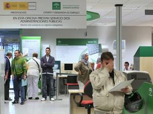 Pessoas são vistas em uma agência de empregos do governo em Andaluzia, em Sevilha (Foto: Reuters)