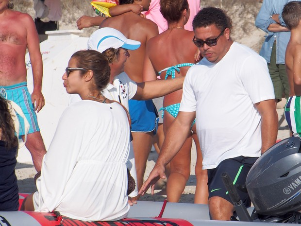 Ronaldo Fenômeno e a noiva, Paula Morais, em Formentera, na Espanha (Foto: Grosby Group/ Agência)