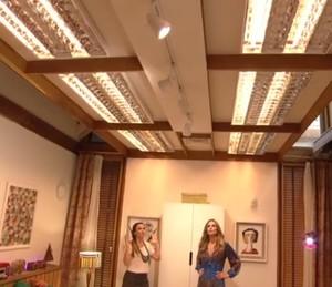 O trilho no teto pode ter vários spots de luz e iluminar vários cantos do cômodo (Foto: Reprodução)