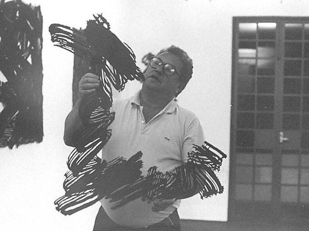 Foto do artista Marcello Nitsche com sua obra, em 1994 (Foto: Marcello Nitsche/Divulgação)