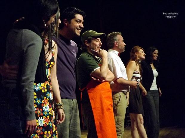 "Elenco de ""Condomínio Pedreira"" agradeceu a boa presença de público (Foto: Bob Veríssimo)"