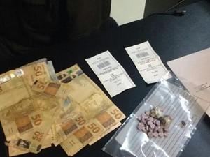 Comprimidos de ectasy estavam com jovem dentro de uma van (Foto: Polícia Militar/Divulgação)