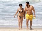 Bianca Bin curte praia no Rio com o marido, Pedro Brandão