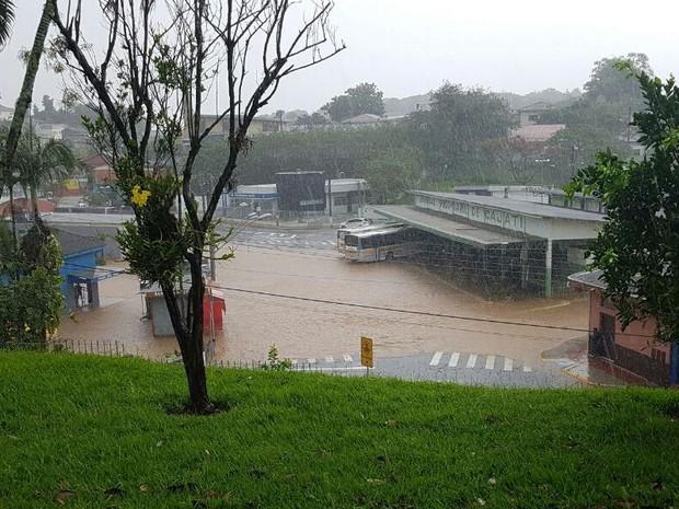 Ruas de Cajati, no Vale do Ribeira, ficaram alagadas após a forte chuva (Foto: G1)