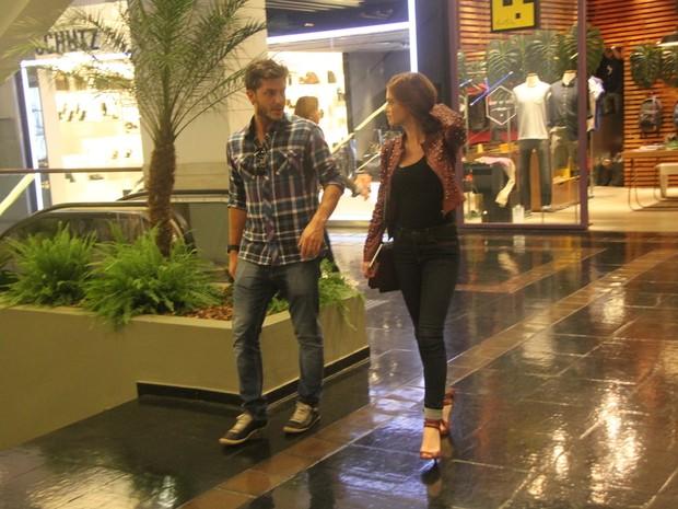 Marina Ruy Barbosa com o namorado, Klebber Toledo, e a mãe, Gioconda, em shopping no Rio (Foto: Daniel Delmiro/ Ag. News)