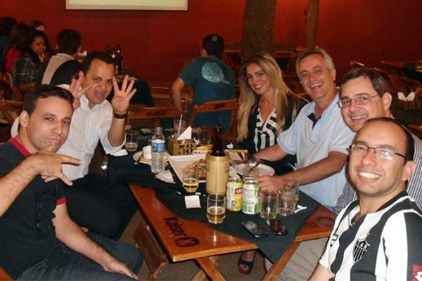 Com amigos, Felipe Santos no canto direiro da foto  (Foto: Divulgação | TV Integração)