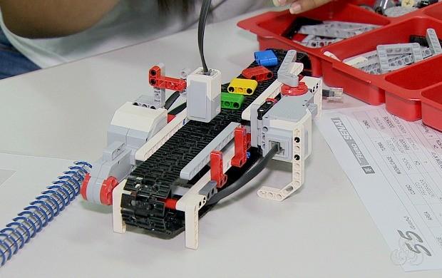 Alunos constroem robô com lego, em Porto Velho (Foto: Rondônia TV)