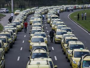 Milhares de taxistas participam de protesto e causam trânsito no Rio (Foto: Fábio Motta/Estadão Conteúdo)