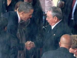 Barack Obama e Raúl Castro dão aperto de mão na cerimônia em memória a Nelson Mandela no estádio Soccer City, em Johanesburgo, África do Sul, em 2013  (Foto: Chip Somodevilla/Getty Images)