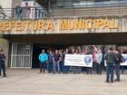 Guardas fazem 'apitaço' em frente ao prédio da Prefeitura de Piracicaba, SP