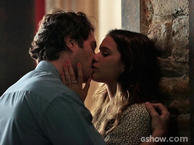 Luiza e Laerte se beijam com muita paixão (Foto: Felipe Monteiro/TV Globo)