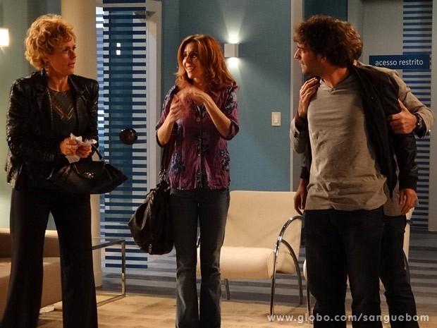 Bárbara vê o resultado, rasga o papel e começa a baixaria! (Foto: Sangue Bom/TV Globo)