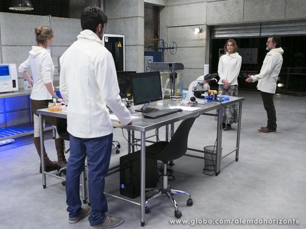 Para surpresa de todos, LC apresenta Paulinha como nova assistente do laboratório (Foto: Felipe Monteiro/TV Globo)