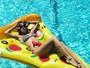 Thaila Ayala relaxa em piscina e mostra corpo sequinho de biquíni