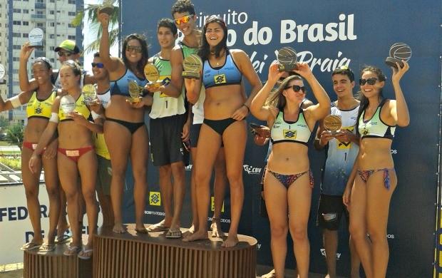 Pódio da 5ª etapa do circuito sub-23 de vôlei de praia (Foto: Divulgação/CBV)