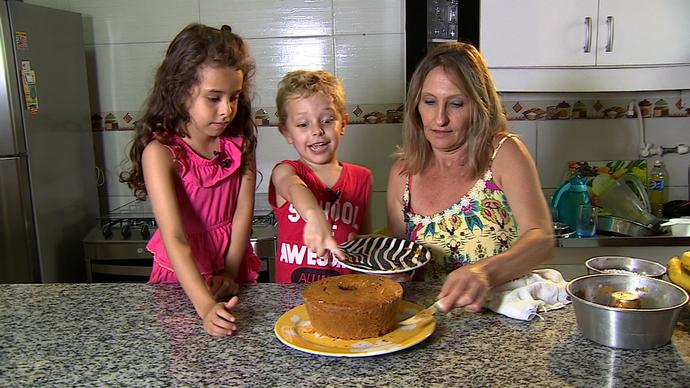 Sônia Richetti preparou bolo com ajuda dos netos Lucas e Luiza (Foto: RBS TV/Divulgação)