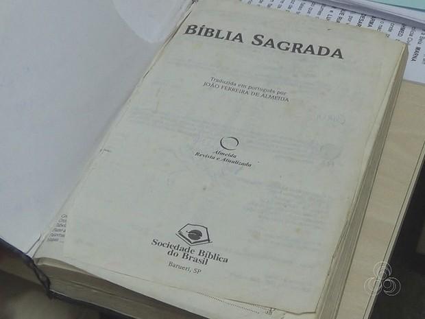Com suspeito, policiais também recolheram bíblia usada em assalto (Foto: Reprodução/Rede Amazônica)