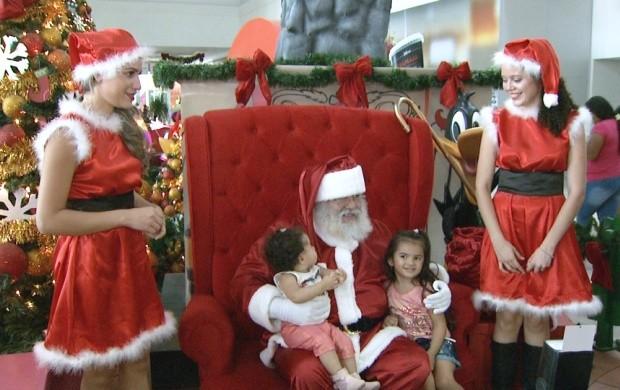 Crianças acompanham a chegada do Papai Noel em Boa Vista (Foto: Bom Dia Amazônia)