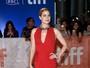 Amy Adams arrasa com vestido decotado no Canadá
