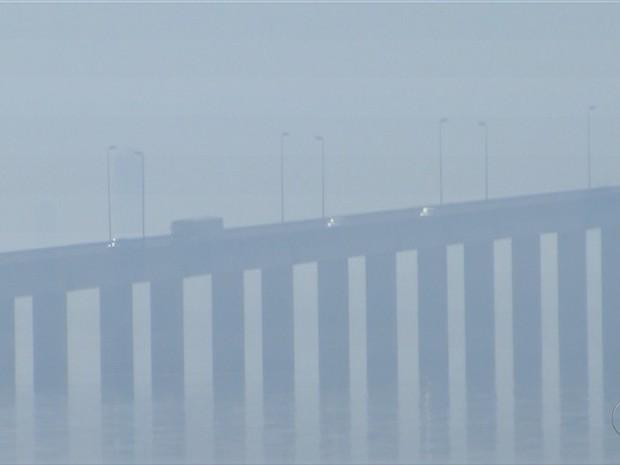 Ponte da Amizade em Palmas ficou encoberta por fumaça e atrapalhou a visibilidade dos motoristas (Foto: Reprodução/TV Anhanguera)