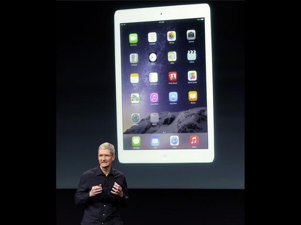 O CEO da Apple Tim Cook apresenta o novo iPad Air 2 durante evento na sede da empresa em Cupertino, na Califórnia. Modelo tem leitor de impressões digitais Touch ID, 6,1mm de espessura e processador A8X de 64-bit (Foto: Marcio Jose Sanchez/AP)