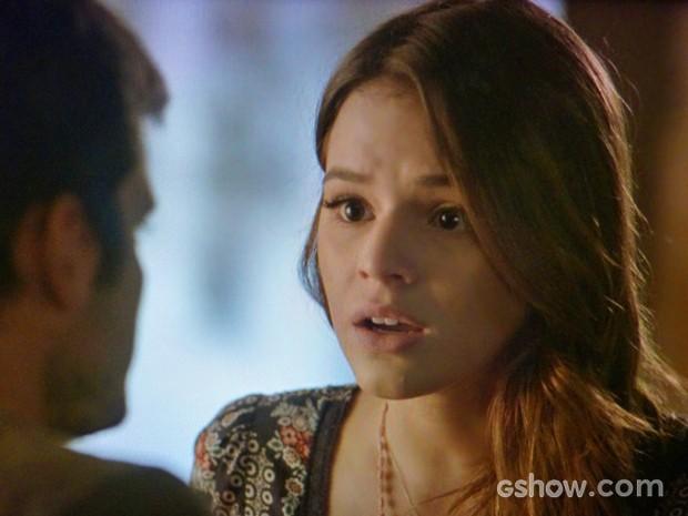 Luiza se irrita com insinuações do namorado e ameaça terminar com André (Foto: Em Família/ TV Globo)